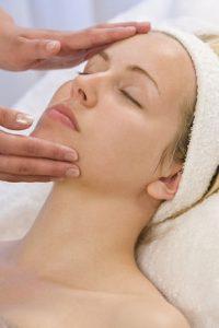 oczyszczanie kobiecej twarzy